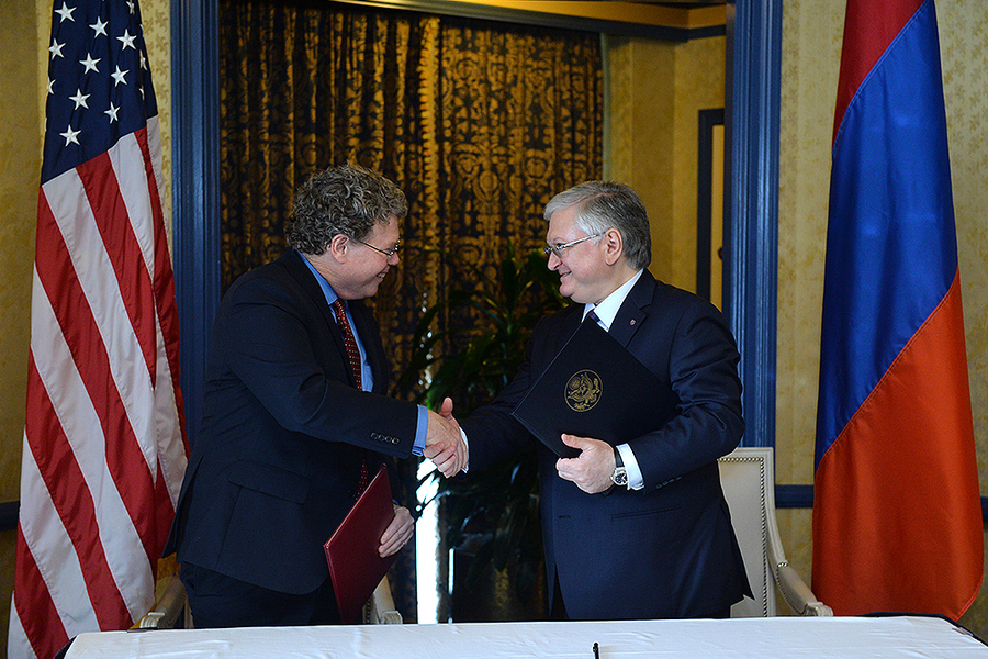 The deal is done: Armenian Foreign Minister Eduard Nalbandian (right) and Assistant US Trade Representative Daniel Mullaney shake hands after signing the TIFA. (Photo: Armenian Presidential Press Service)